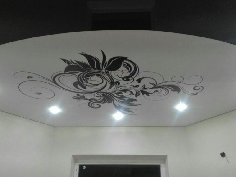 замужем, черно белая картинка на потолок там